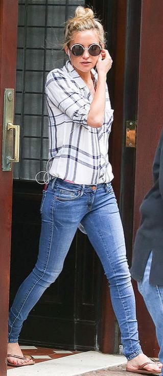 b2638a2b4 Kate Hudson in skinny jeans and a Rails plaid shirt