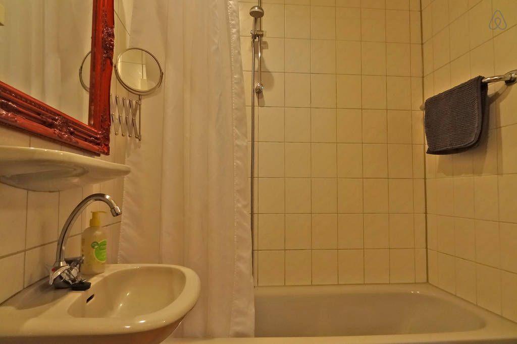 Das Bad mit Duschwanne.