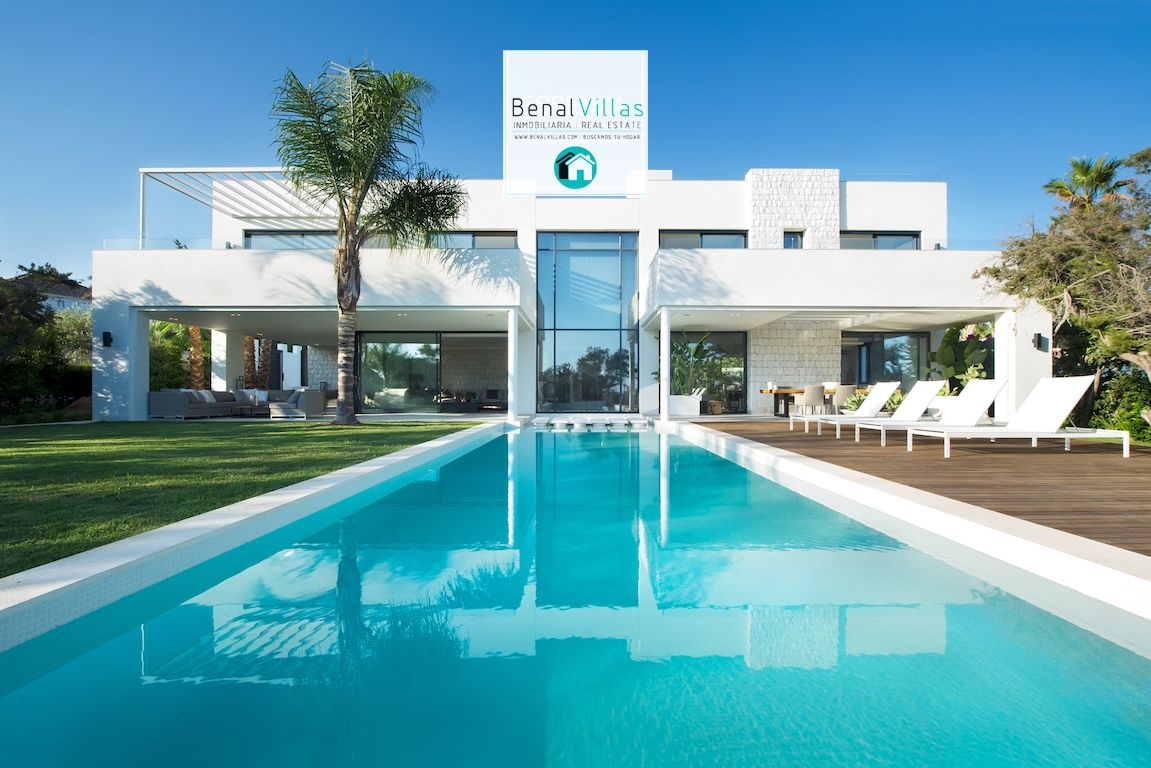 Villa de Lujo a estrenar ya que la obra se terminó en verano del 2015. Una de las propiedades de más calidad de la costa de Marbella . La planta baja consta de la sala de estar y cocina americana . Los techos altos , ventanas del suelo a techo y frente de cristal mejorarán …