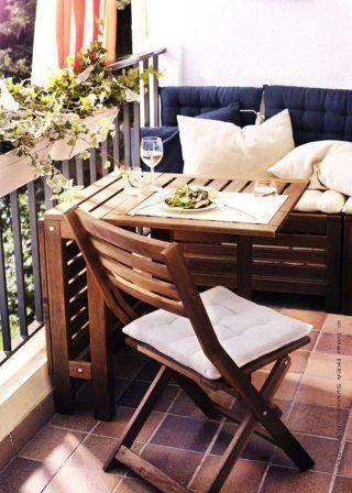un petit balcon amenage comme un petit