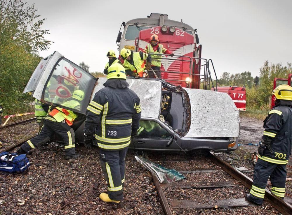 Kun juna ja auto kohtaavat, jälki on aina kamalaa tai karmeaa. Turussa pidetyssä Maarian VPK:n pelastusharjoituksesssa törmäys tapahtui vain 15 kilometrin tuntivauhdilla.