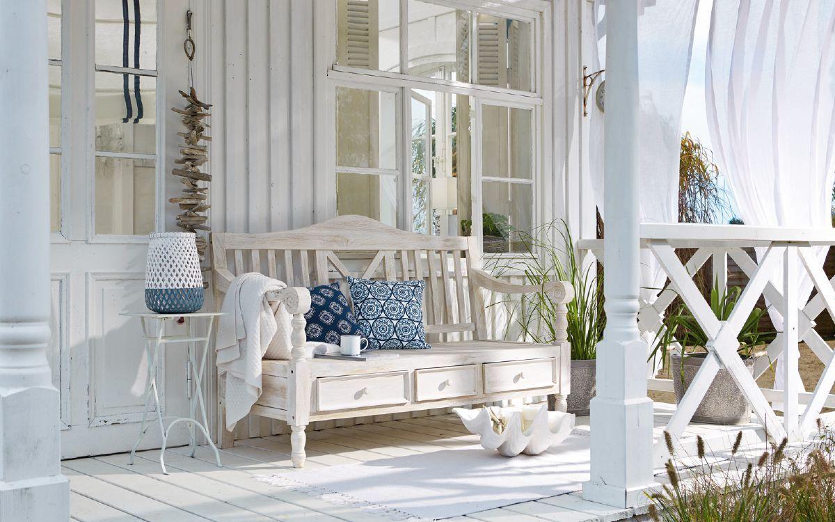 Terrasse im Shabby Chic mit weißen Gartenmöbeln