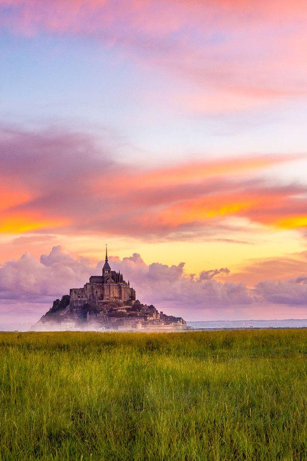 Mont Saint-Michel in the morning, France peut-être un peu de café sur la terrasse