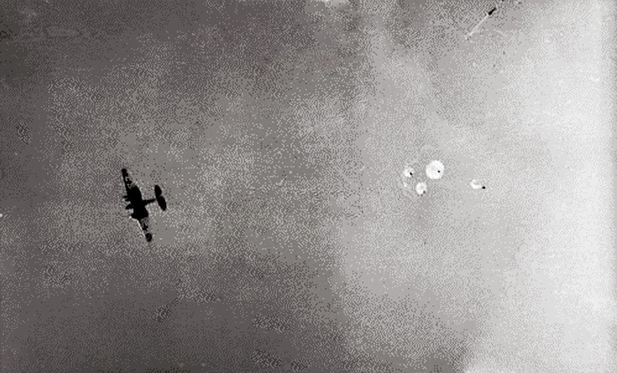 1942 год. Россия. Холм. С самолета сбрасывают груз для ...