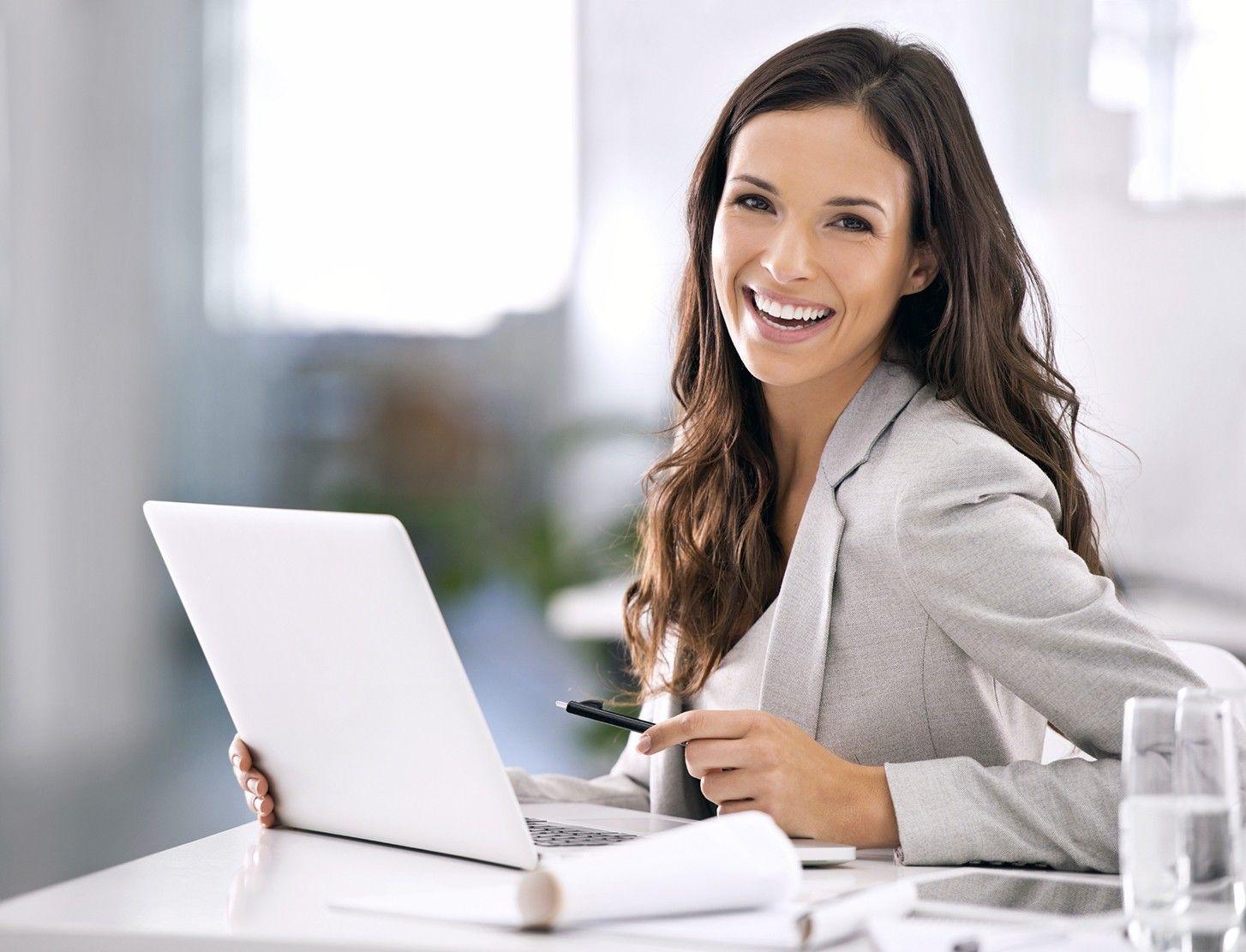 Фото счастливой девушки на работе веб работа моделью дома