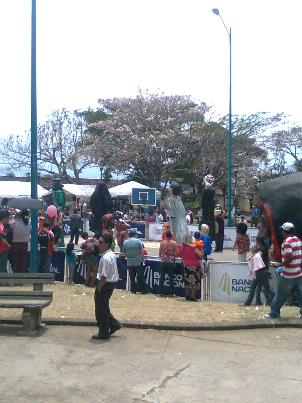 Baile de mascaras al mediodía en el parque de Barva