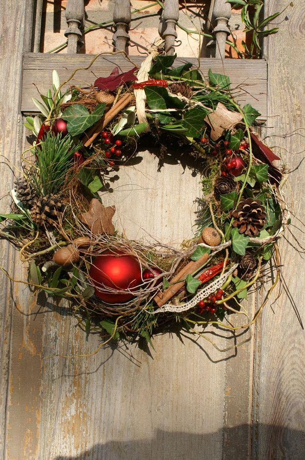 **Weihnachtsrot** .....aus verschiedenem Wintergrün wie Kiefer, Efeu, Koniferen und Moos gebundener Naturkranz. Geschmückt mit roten Kugeln, Hagebuttenbeeren, Zapfen, Kokossternen,... #adventskranzideen