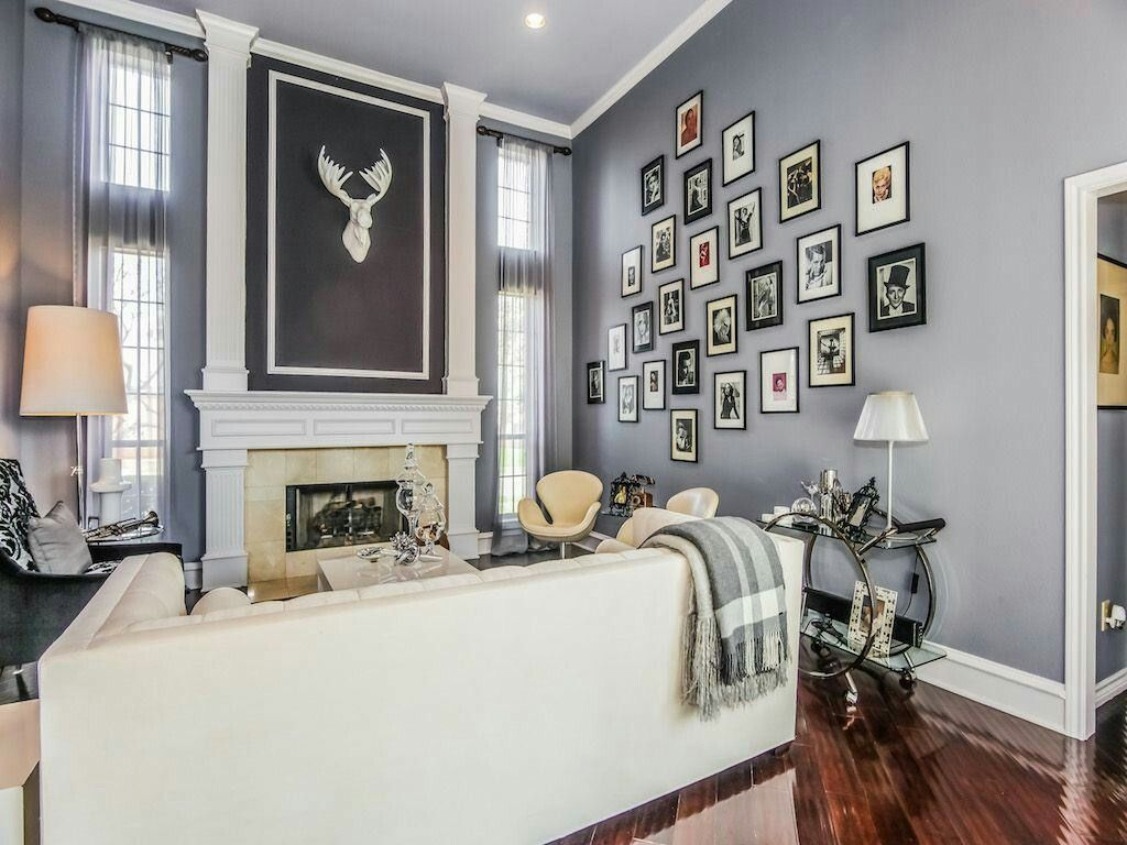 The shades of grey on the walls and ceiling let the offwhite sofa