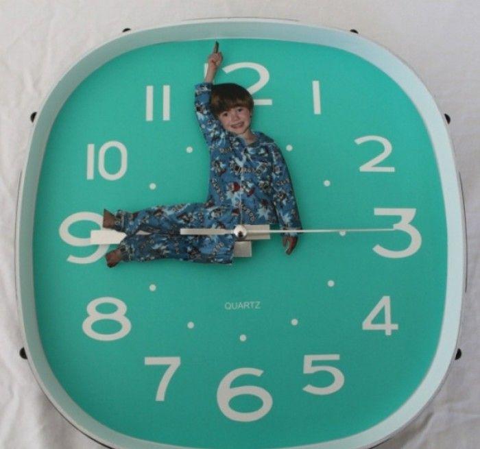 Tolle Idee für ein persönliches Geschenk für Oma und Opa! Selbstgemachte Uhr mit Foto vom Enkelkind. Noch mehr Ideen gibt es auf www.Spaaz.de (Cool Diy Bedroom)
