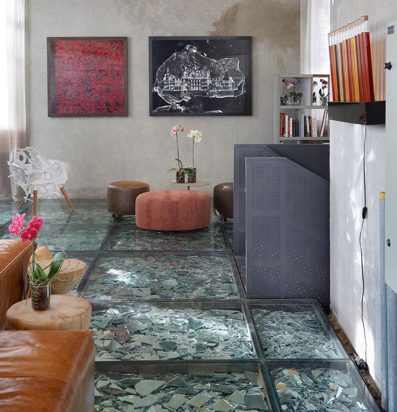 Glasboden und stilvolle Sitzecke mit Lederhocker und Kaffeetisch - sitzecke wohnzimmer design