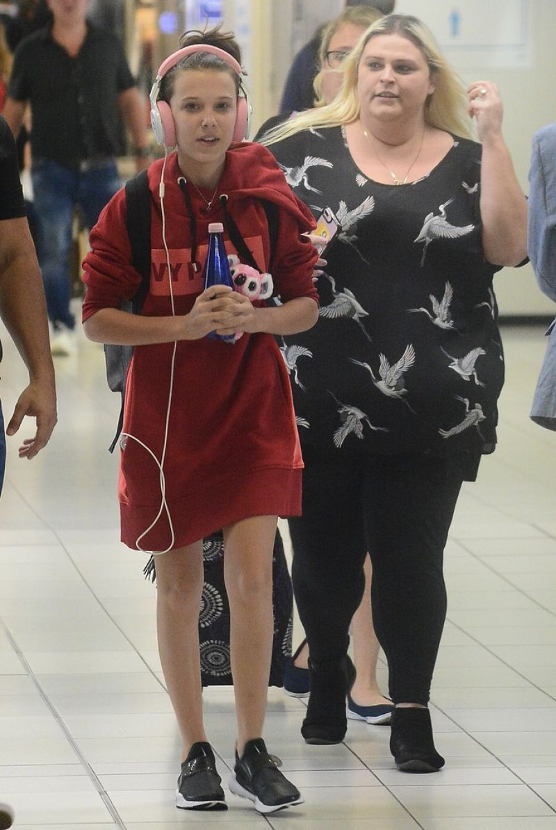 Millie Bobby Brown Milliebobbybrown Leaving Brisbane Airport To Sydney 14 11 2017 Http Bobby Brown Stranger Things Millie Bobby Brown Stranger Things Outfit