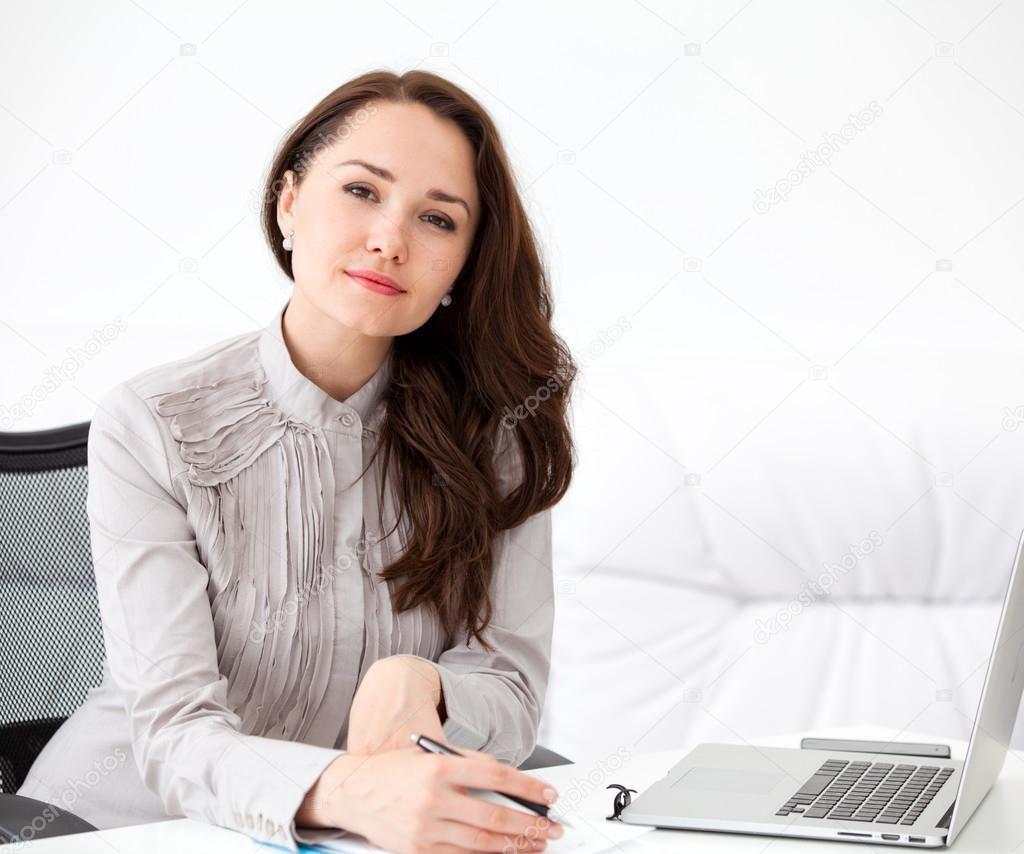 Фото девушки на работе за столом фсб для девушек работа в