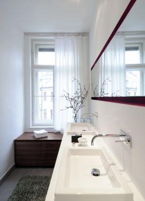 selbst im kleinen bad ist platz f r doppeltes waschvergn gen bathroom design b der. Black Bedroom Furniture Sets. Home Design Ideas