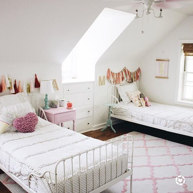 Spotted On Project Junior This Shared Sisters Room Is Just Total Dreaminess Photo Apluslifeblog Deco Chambre Bebe Chambre Bebe Aubert Chambre Bebe Design