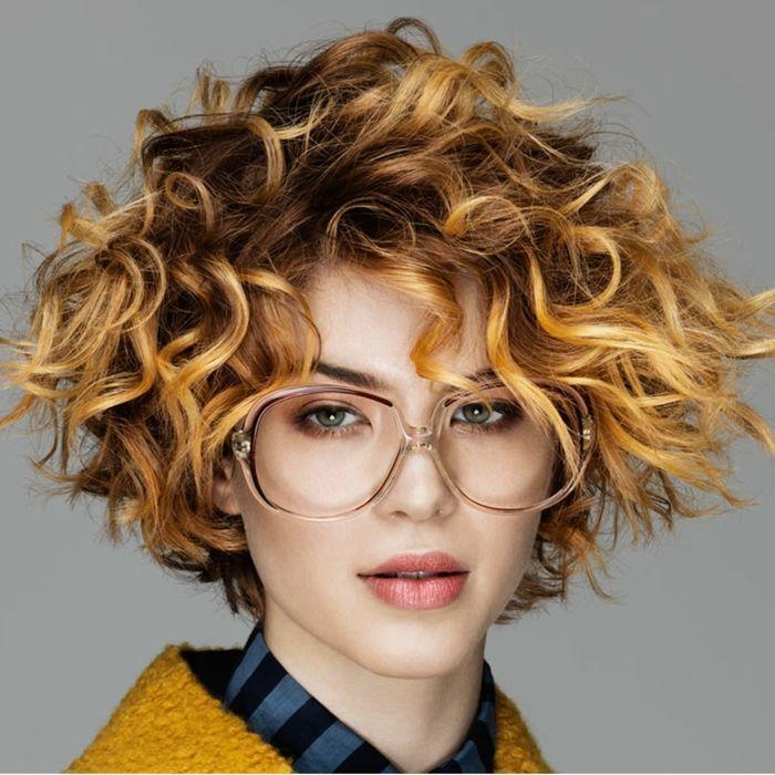 Idée Coiffure : carré très court, carré chataîn mèches rousses, coiffure volumineuse, lunet ...