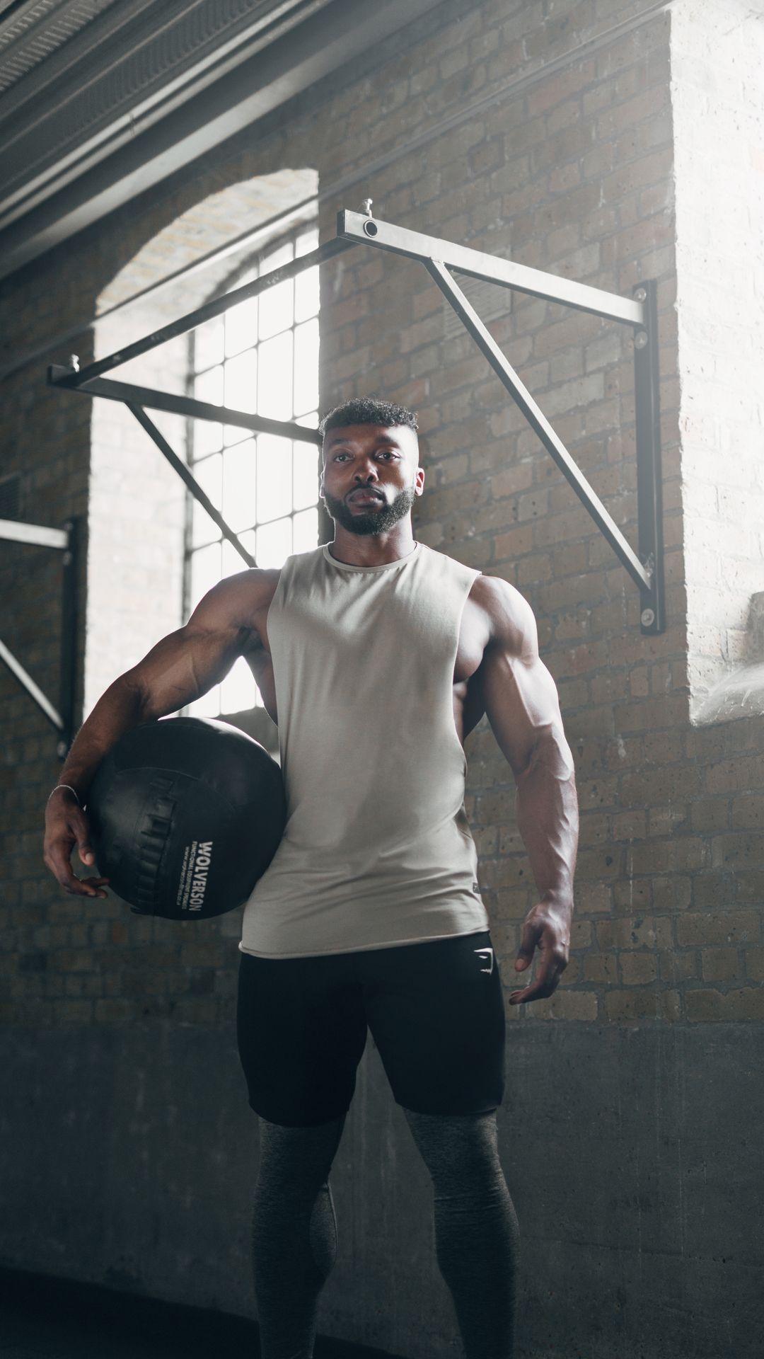 Gymshark athlete obi vincent wearing the eaze tank during his