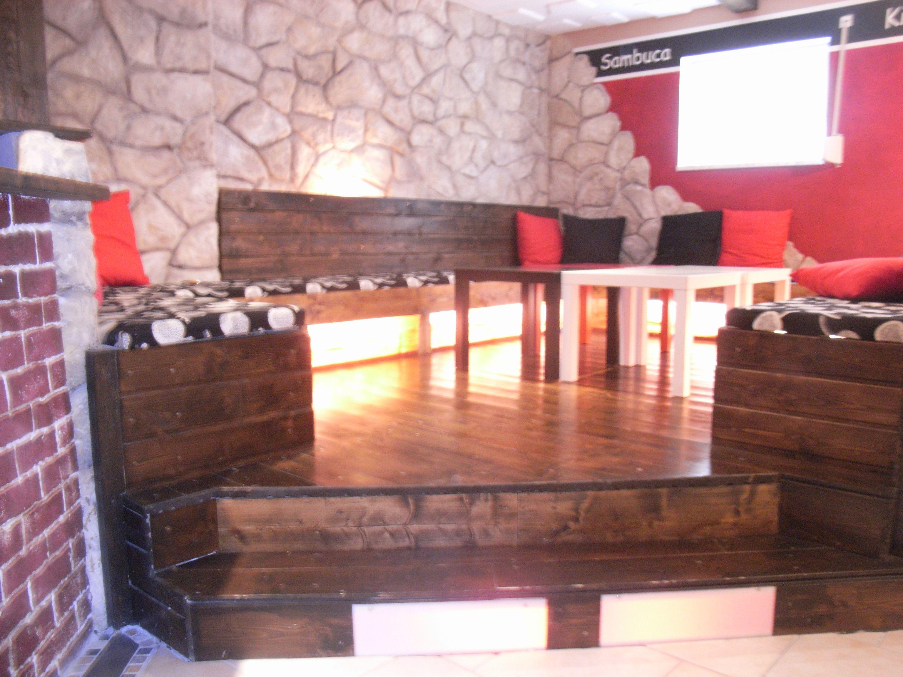 lounge selber gebaut grundger st besteht aus euro paletten im hintergrund steinwand aus. Black Bedroom Furniture Sets. Home Design Ideas
