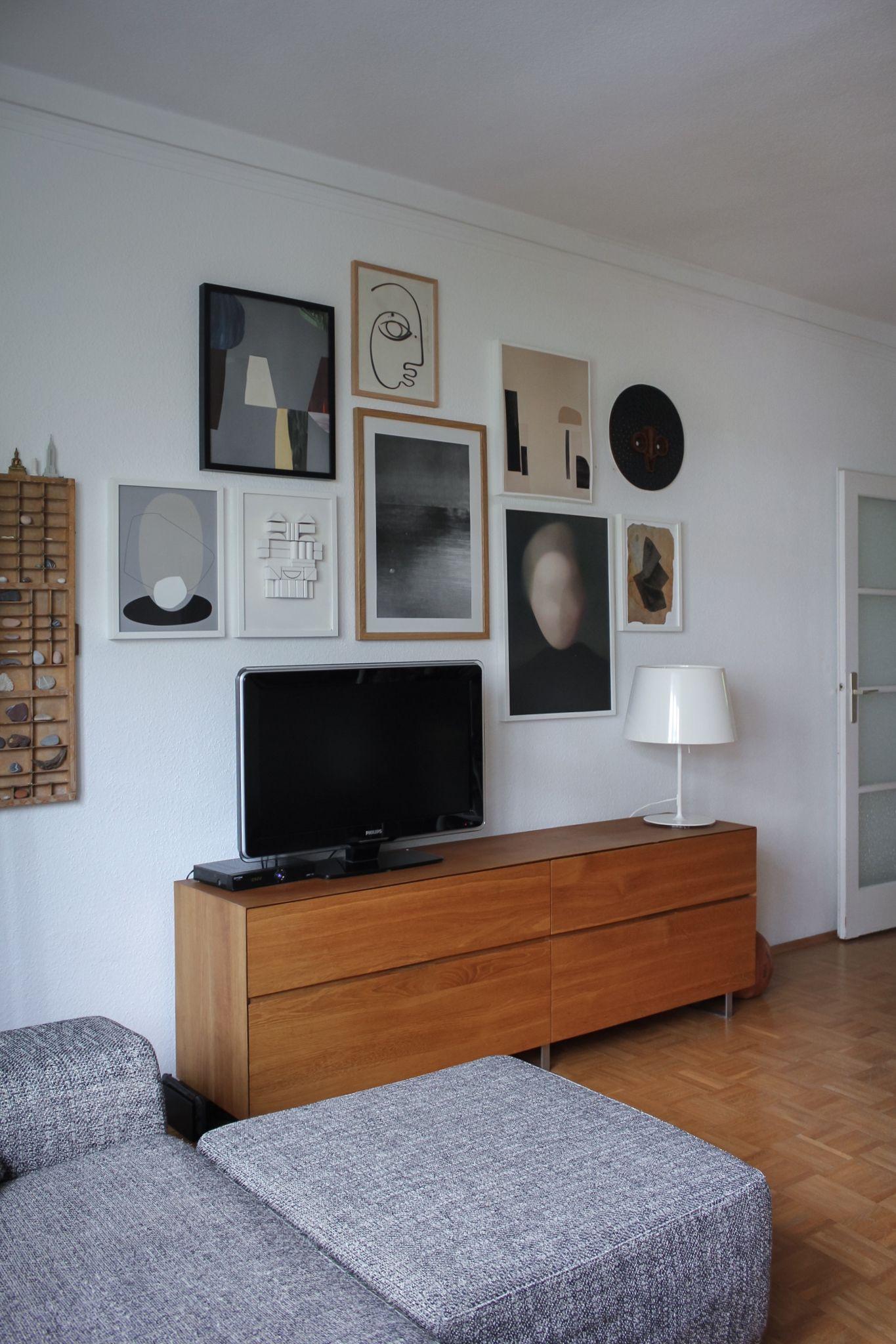 Bilderwand Mit Optisch Integriertem Fernseher Wohnzimer Wohnung Einrichten Wohnzimmer Dekoration Ideen