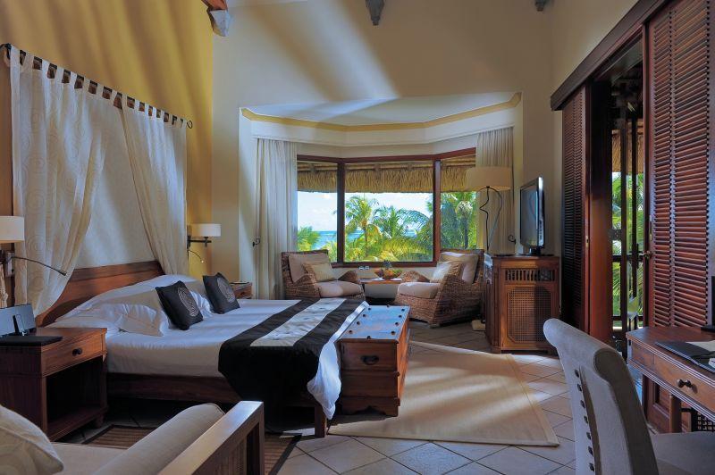 Zur Begrüßung warten als #Flitterwochen-Special eine Spa-Anwendung, eine Flasche Champagner und tropische Früchte auf Euch. © Beachcomber Dinarobin Golf und Spa, Mauritius