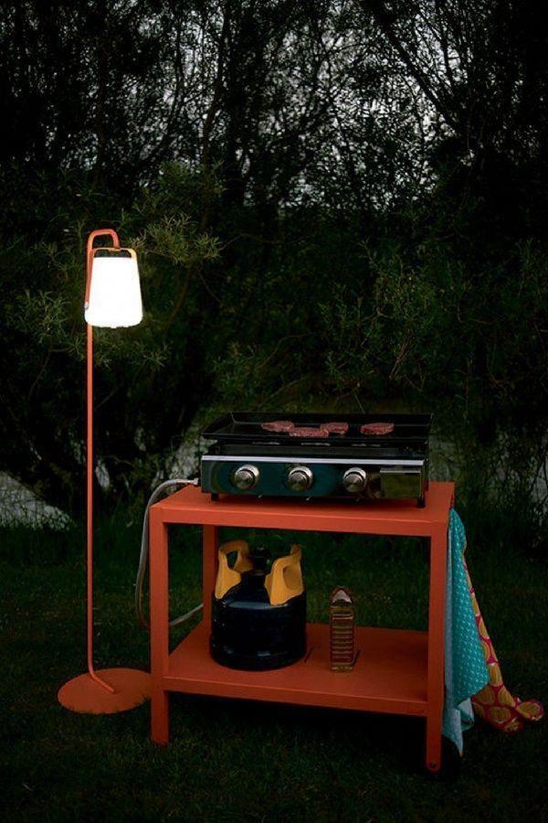 Un Lampadaire Dextérieur Fermob Avec Une Lampe Nomade Qui S