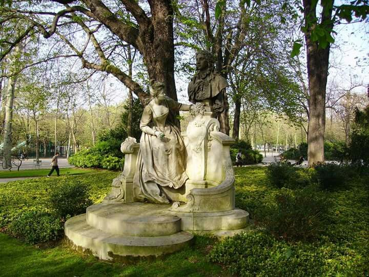 Henri Désiré Gauquié (Francia, 1858-1927) - Monumento al pintor Antoine Watteau, 1896. Mármol, 3.45 m de altura aprox. (Jardines de Luxemburgo - París, Francia)  Detalle Foto de couscouschocolat