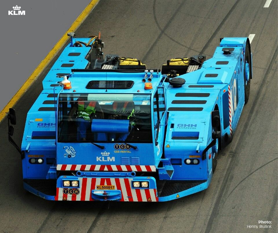 KLM tow truck..