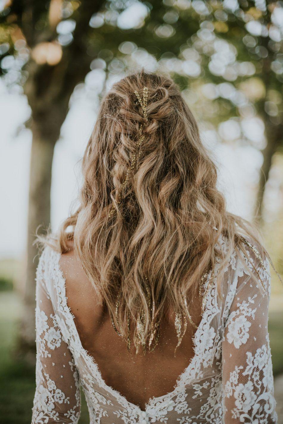 Coiffure De Mariage Sur Cheveux Mi Long Avec Paillettes Et Tresses Coiffure Mariage Coiffure Mariee Boheme Belle Coiffure