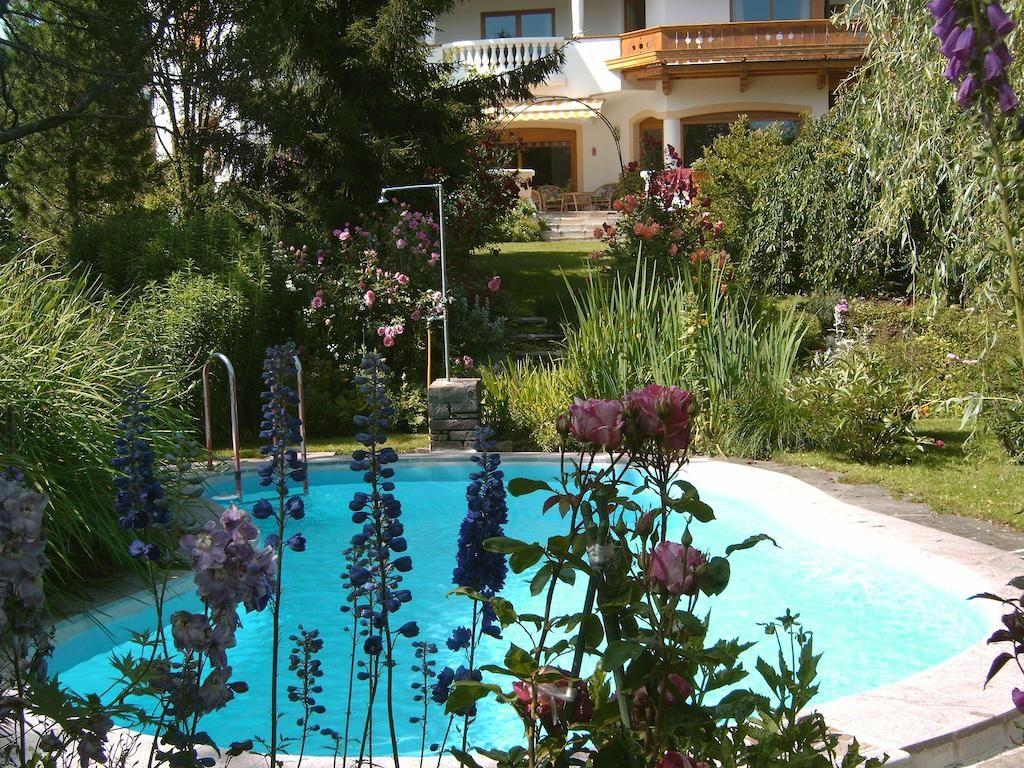 DKK587 Landhotel Eva byder på stor have med sæsonbestemt udendørs pool og liggestole.