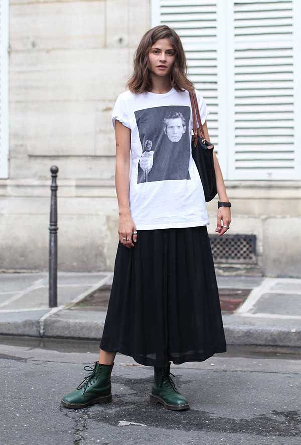 Look saia midi preta e maxi t-shirt estampada com coturno verde b0b4aa2f42e