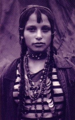 Romani BohémienManoucheTziganeRoumaniePersonnes FemmeGitan girl BohémienManoucheTziganeRoumaniePersonnes Portrait Romani Portrait girl Romani girl FemmeGitan 5Aj43RL
