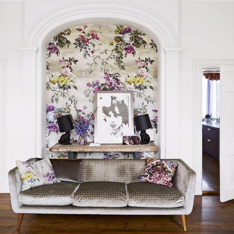 Tapeten mit Blumenmustern in Nische mit dem passenden Sofa im Retro ...