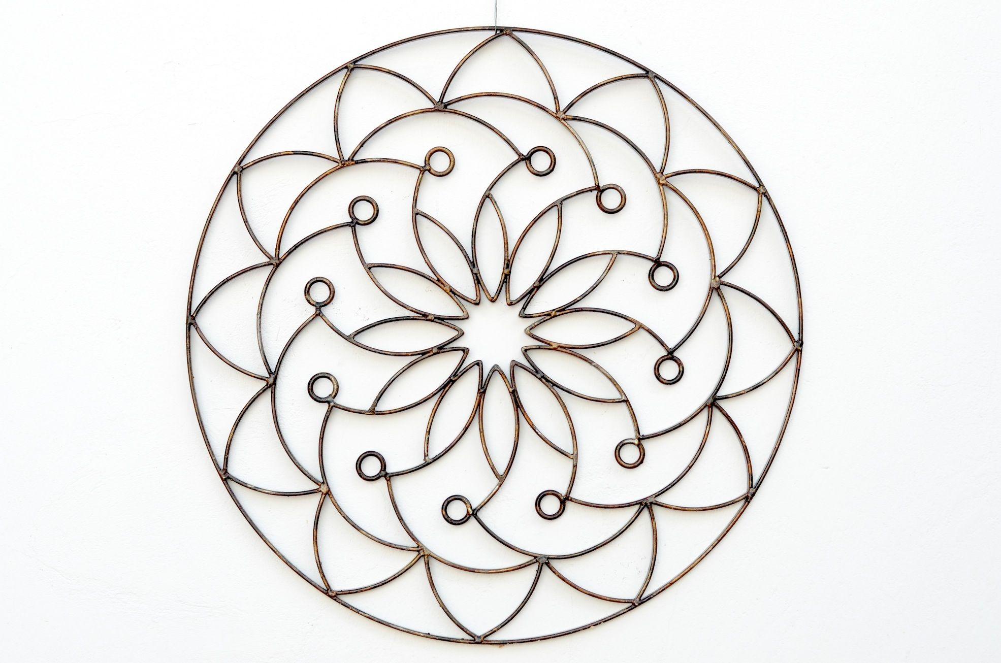 Mandala oriental.  Descrição: mandala com simetria de doze pontos.  Técnica: feita de barra chata e pintura em verniz fosco.  Peso: 6 kg Dimensão: 70 x 70 cm