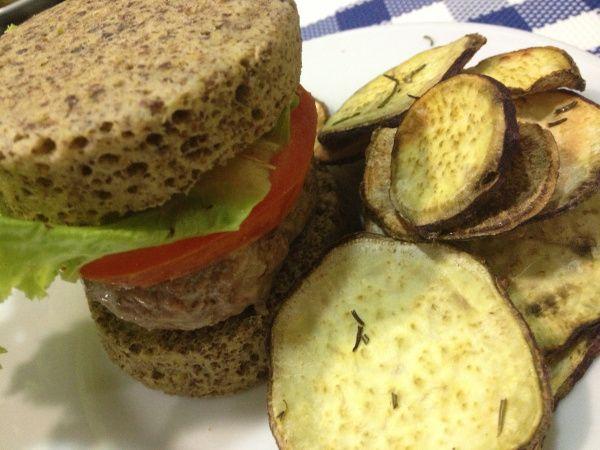 Pão Integral, Hambúrguer e Chips de Batata Doce