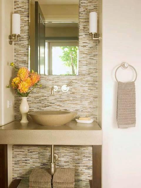 Banheiro em tons claros e com lindo revestimento de parede  Decoração  Pin # Banheiros Modernos Claros