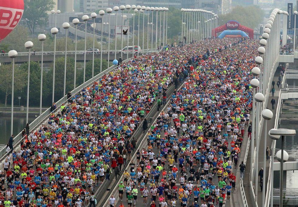 IlPost - Vienna, Austria - Partecipanti alla Maratona di Vienna su un ponte sopra il Danubio  (AP Photo /Ronald Zak)