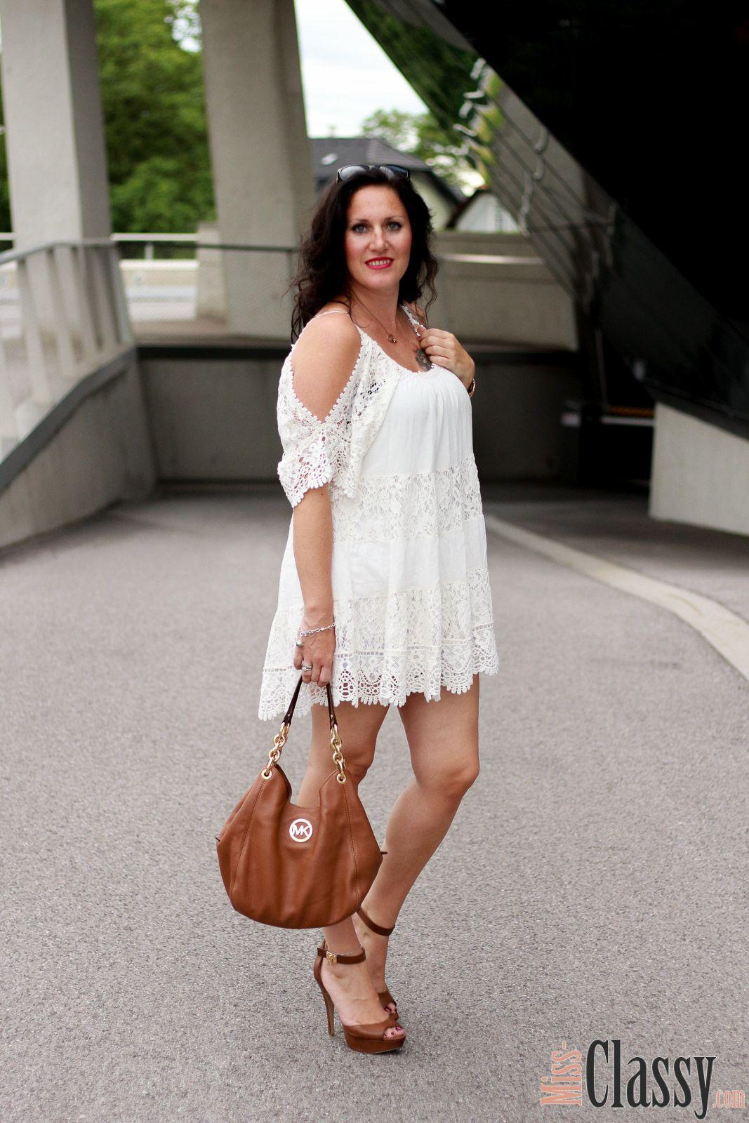 OUTFIT: Weißes Spitzenkleid und High Heels von Guess Miss