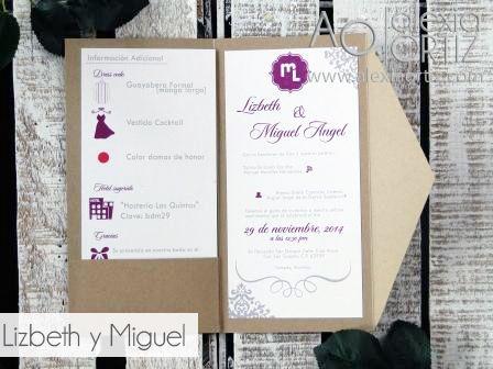 Invitación de boda tipo folder con caricaturas en tonos morados y grises. / Invitaciones de boda / wedding invitations