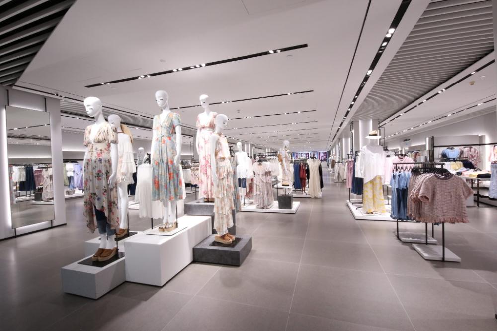 Zara Reopens Its Renovated Flagship Store At Vivocity Store Interior Interior Shop Interior Design