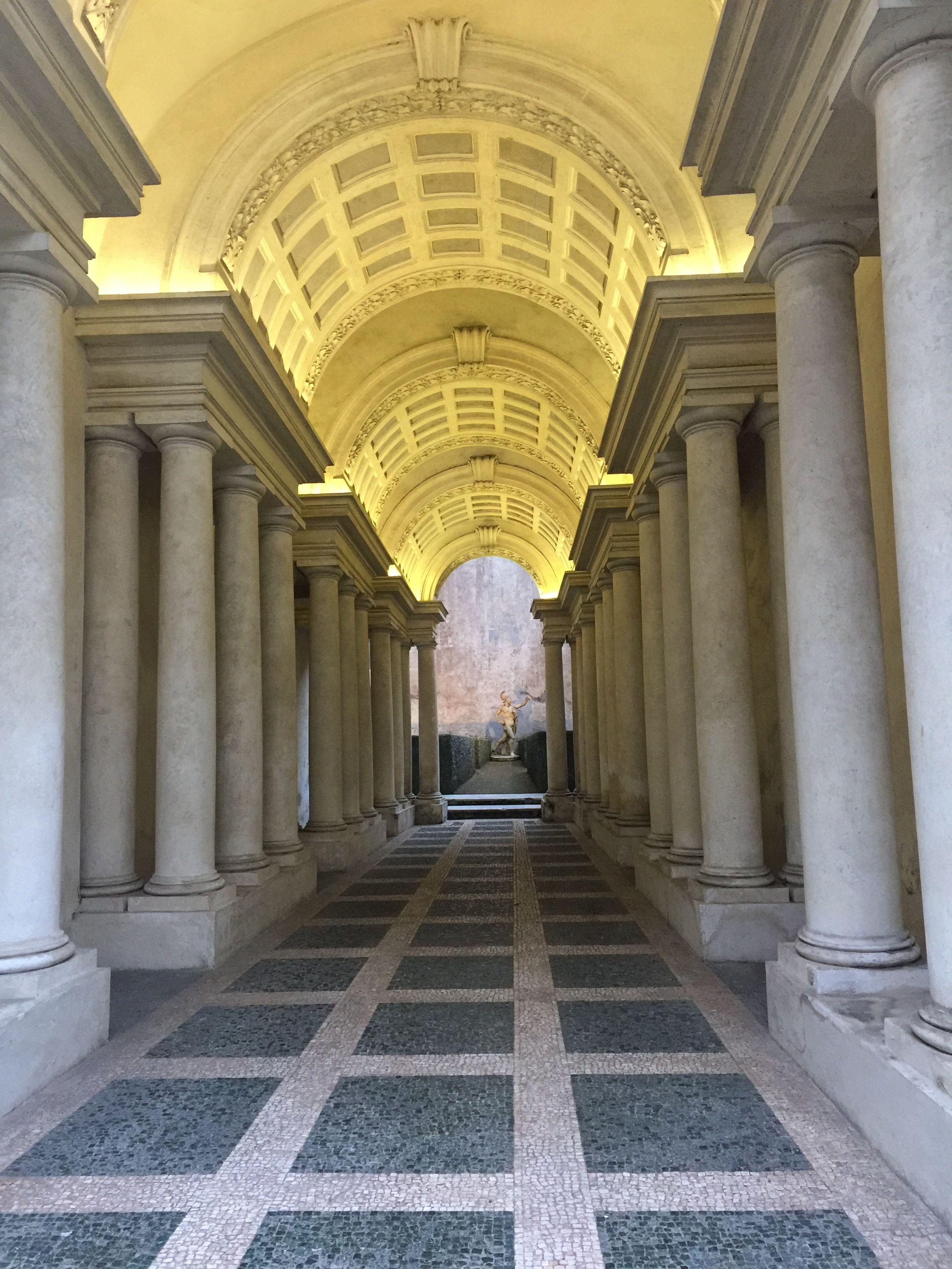 Photo of Il capolavoro di Borromini trompe-l'oeil della falsa prospettiva nell'androne de…