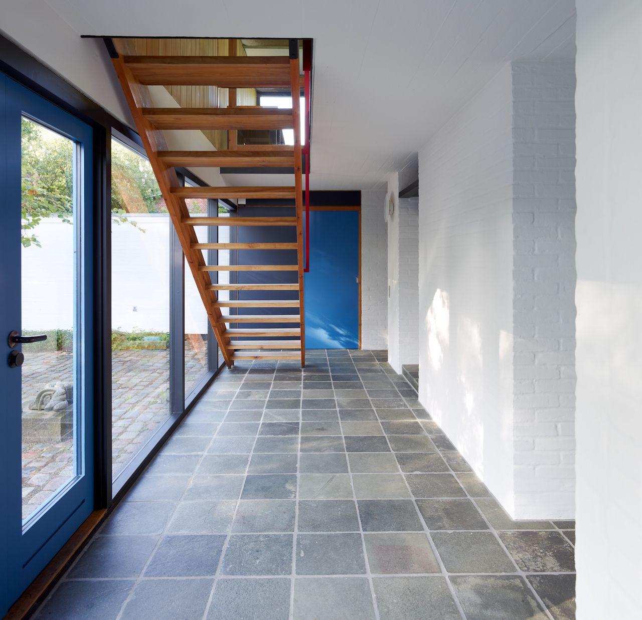 Arkitekt Knud Friis byggede villaen til sig selv og sin familie i 1958 med udvidelse i 1970. Huset afspejler mange af de holdninger og greb, som findes i Friis & Moltkes arkitektur og ligger på en naturskøn grund nær Aarhus.