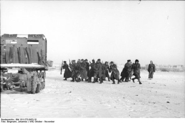 Russland, deutsche Soldaten in Deckung gehend