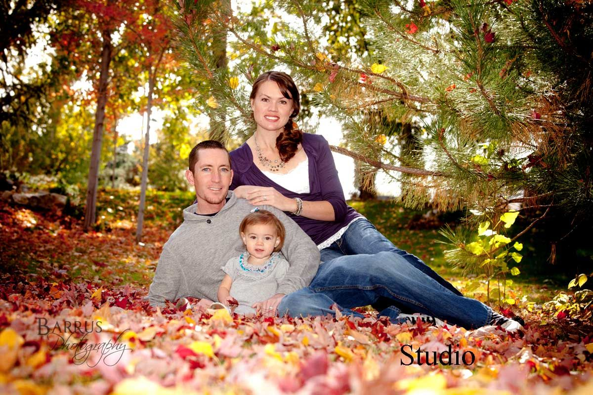 Sweet family picture in fall fall family photo ideas for Fall family picture ideas outside