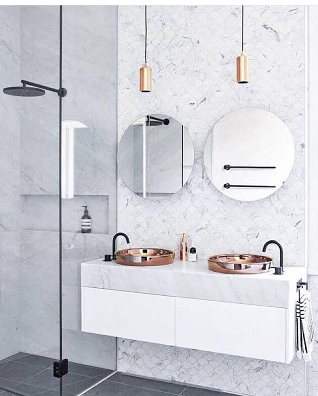 Salle de bain lumineuse effet marbre avec douche en m tal - Double evier salle de bain ...