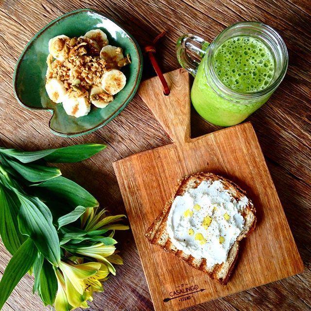 Suco verde com ingredientes orgânicos da nossa feirinha (abacaxi, gengibre, manga e couve), ...