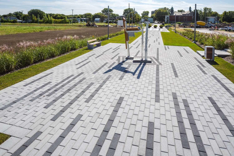 Allee Des Commissaires De Trois Rivieres Pave Avenue De Bolduc Couleurs Anthracite Gris Granite Rose Cale Pavement Design Patio Pavers Design Paving Design