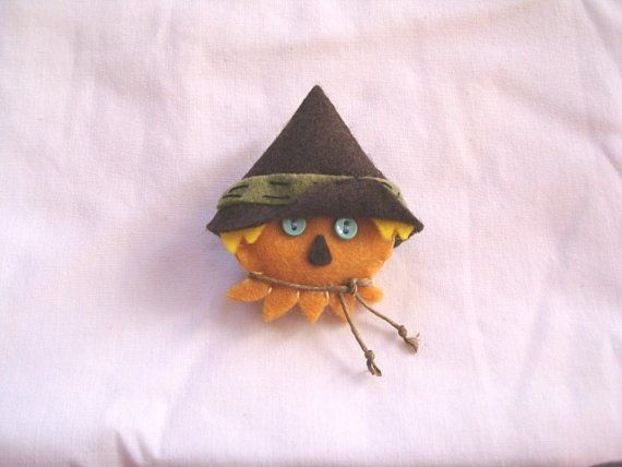 Wizard of Oz Scarecrow FELT FACE CUTIE pin by beyondthepoisonapple, $10.00