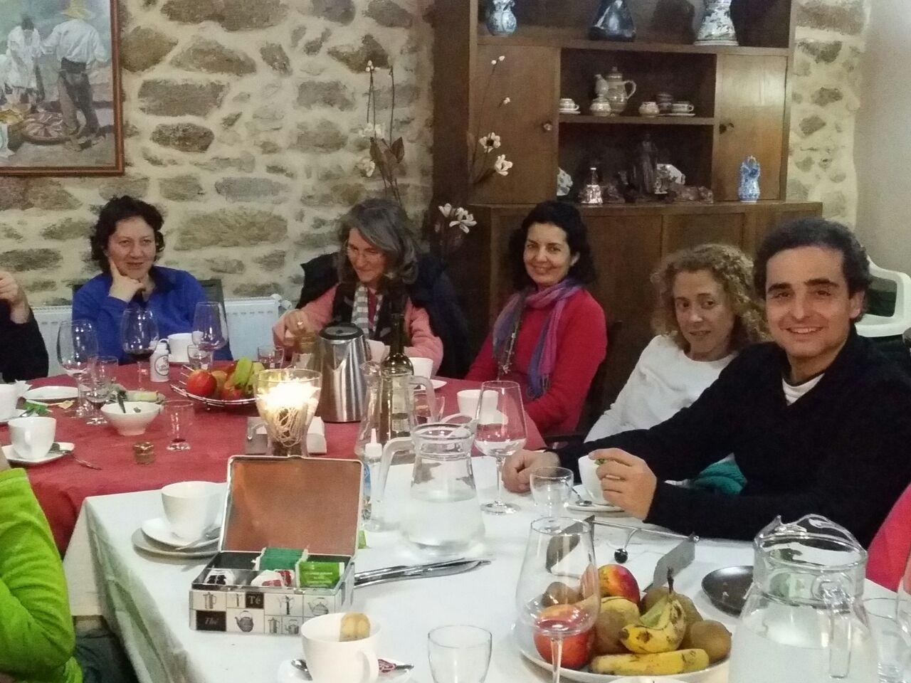 #Momentos del Taller: La Manifestación del Verdadero Yo. Tus Valores y Talentos. Impartido por Alejandro Ferrín Véle Ha realizado durante más de 15 años talleres y seminarios para formación de líderes, trabajo en equipo y desarrollo de habilidades.  Del 19 al 21 de Diciembre – #Guitiriz. www.casadoroble.com  #casarural #CasadoRoble #Lugo #Galicia #Guitiriz #energía #plenitud #meditación #camino — en Casa do Roble