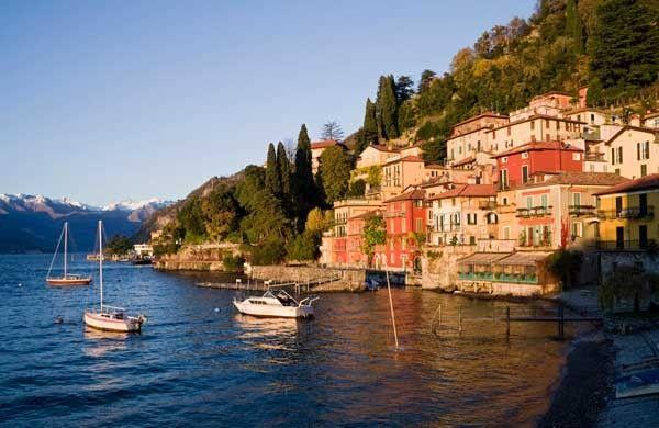 Localidad de Varenna sitauada en un promontorio a las faldas de la montaña en la orilla este del lago.