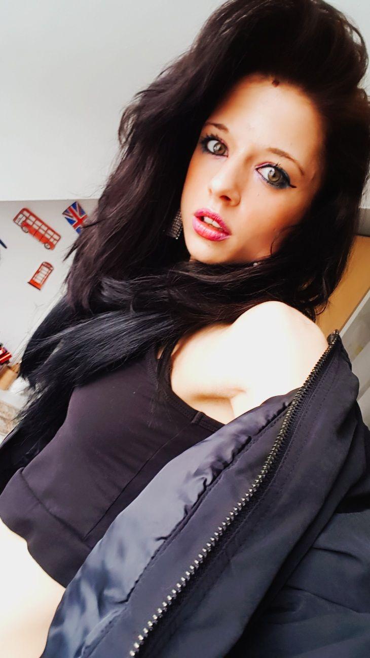 Shelly Abdallah mit dunklen Haaren