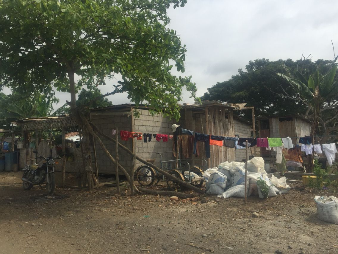 Echte Ecuadoriaanse strandhuisjes. De mensen zijn wel een stuk armer aan de kust en dat kan je goed merken..